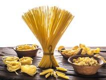 Tipi differenti della pasta sulla tavola di legno Priorità bassa bianca Fotografia Stock Libera da Diritti