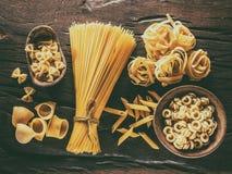 Tipi differenti della pasta sulla tavola di legno Vista superiore Fotografia Stock Libera da Diritti