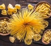 Tipi differenti della pasta sulla tavola di legno Vista superiore Immagini Stock Libere da Diritti