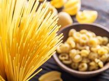 Tipi differenti della pasta sulla tavola di legno Vista superiore Fotografia Stock