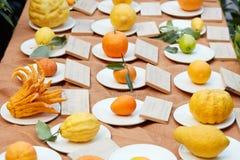 Tipi differenti di agrumi su esposizione immagini stock libere da diritti