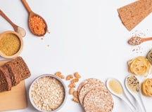 Tipi differenti di alti alimenti del carboidrato sui precedenti bianchi immagine stock libera da diritti