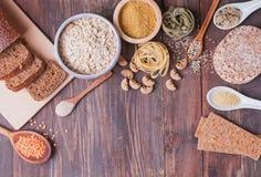 Tipi differenti di alti alimenti del carboidrato sui precedenti di legno fotografia stock libera da diritti