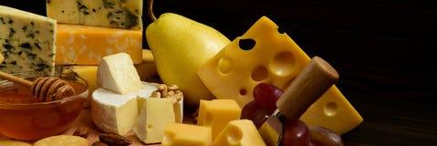 Tipi differenti di formaggi su una lavagna fotografie stock