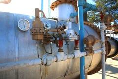 Tipi differenti di giacimenti di petrolio nel manometro e nella valvola fotografie stock