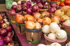 Tipi differenti di merci nel carrello delle cipolle Fotografie Stock