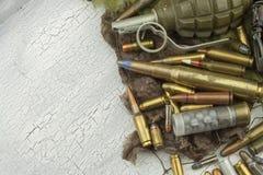 Tipi differenti di munizioni su un fondo del cammuffamento Preparando per la guerra Fotografia Stock Libera da Diritti