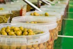 Tipi differenti di olive ad un servizio di via immagini stock