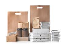 Tipi differenti di pacchetti su fondo bianco Servizio di distribuzione dell'alimento fotografia stock