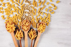 Tipi differenti di paste che si trovano in cucchiai di legno Fotografie Stock Libere da Diritti