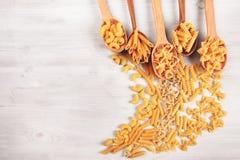 Tipi differenti di paste che si trovano in cucchiai di legno Immagine Stock Libera da Diritti