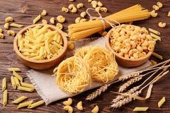 Tipi differenti di paste su una tavola di legno Immagini Stock