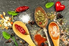 Tipi differenti di spezie sul piatto dell'ardesia Vendita delle spezie Preparazione di alimento piccante Venditore della spezia d Immagini Stock Libere da Diritti