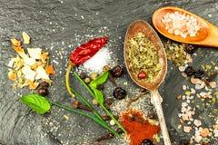 Tipi differenti di spezie sul piatto dell'ardesia Vendita delle spezie Preparazione di alimento piccante Venditore della spezia d Fotografia Stock