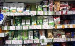 Tipi differenti di tè giapponesi in supermercato gastronomico Fotografia Stock