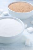 Tipi differenti di zuccheri: zucchero marrone, bianco e raffinato Immagini Stock Libere da Diritti