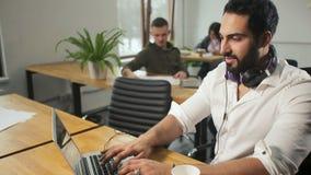 Tipi felici dell'uomo sul computer portatile stock footage