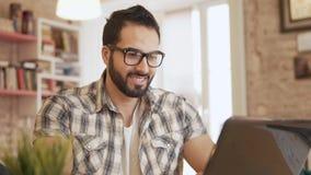 Tipi motivati dello studente sul computer portatile video d archivio