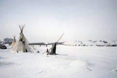 Tipi på kanten av den djupfrysta floden för kanonboll, kanonboll, North Dakota, USA, Januari 2017 arkivfoton