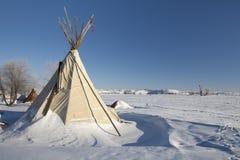 Tipi på kanten av det Oceti Sakowin lägret med sköldpaddakullen i bakgrund, kanonboll, North Dakota, USA, Januari 2017 arkivfoto