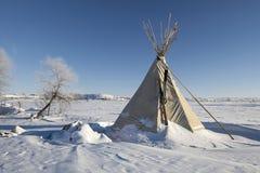 Tipi przy krawędzią Oceti Sakowin obóz z żółwia wzgórzem w tle, działo piłka, Północny Dakota, usa, Styczeń 2017 Zdjęcie Royalty Free