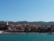 Tipical adriatische Stadt Novi Vinodoski Kroatien mit Hafen Lizenzfreies Stockbild