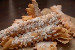 Tipical Italiaanse cake chiacchiere voor Carnaval-dessert van het partij het zoete voedsel stock foto's