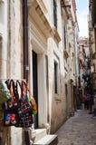Tipical poca calle en la ciudad vieja de Dubrovnik, Croacia Imágenes de archivo libres de regalías
