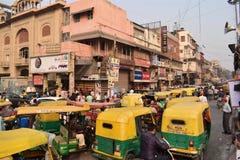 Tipical-Stau auf einer Straße in Delhi-Stadt lizenzfreie stockfotografie