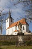 Tipical tjeckisk bykyrka i Dolni Loucky som byggs i andra halvan av det 13th århundradet, tidig gotisk byggnad Royaltyfri Bild