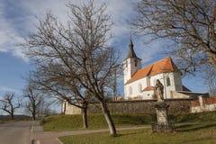 Tipical tjeckisk bykyrka i Dolni Loucky som byggs i andra halvan av det 13th århundradet, tidig gotisk byggnad Arkivbilder