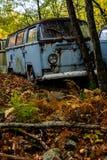 Tipo abandonado de Volkswagen - 2 Van - depósito de chatarra - Pennsylvania fotografía de archivo