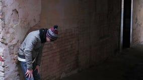Tipo adolescente che corre velocemente nel backstreet desolato, vittima che sfugge dagli spacconi archivi video
