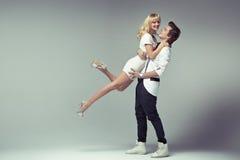 Uomo alla moda fiero che abbraccia la sua donna cara Fotografia Stock Libera da Diritti
