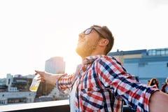 Tipo allegro che gode della libertà sul terrazzo del tetto Fotografie Stock Libere da Diritti