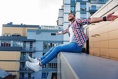 Tipo allegro che si rilassa sul terrazzo del tetto Fotografia Stock