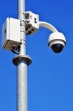Tipo alta tecnologia macchina fotografica della cupola sopra cielo blu Immagini Stock Libere da Diritti