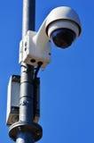 Tipo alta tecnologia macchina fotografica della cupola sopra cielo blu Immagine Stock