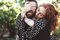 Tipo amoroso e ragazza che posano insieme sulla macchina fotografica immagini stock libere da diritti