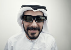 Tipo arabo che indossa i vetri 3d, Fotografie Stock