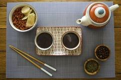 Tipo asiático juego de té en la opinión de madera de la tabla del top fotografía de archivo libre de regalías