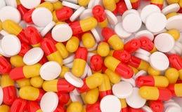 Tipo assortito di pillole in tonalità di bianco, di giallo e di rosso Immagini Stock Libere da Diritti