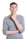 Tipo australiano di pensiero in una camicia grigia che guarda lateralmente Fotografia Stock