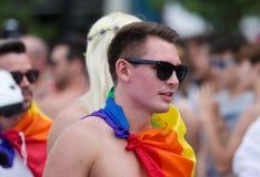 Tipo in bandiera multicolore alla parata di gay pride in Sitges Immagine Stock Libera da Diritti