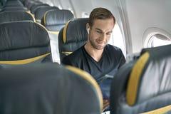 Tipo bello in aeroplano fotografia stock libera da diritti
