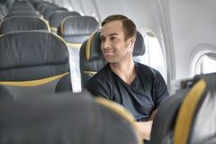 Tipo bello in aeroplano fotografia stock