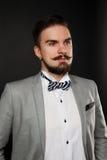 Tipo bello con la barba e baffi in vestito Immagini Stock Libere da Diritti