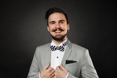 Tipo bello con la barba e baffi in vestito Fotografie Stock Libere da Diritti