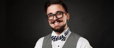 Tipo bello con la barba e baffi in vestito Fotografia Stock