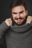 Tipo bello con la barba in pullover della lana Fotografia Stock